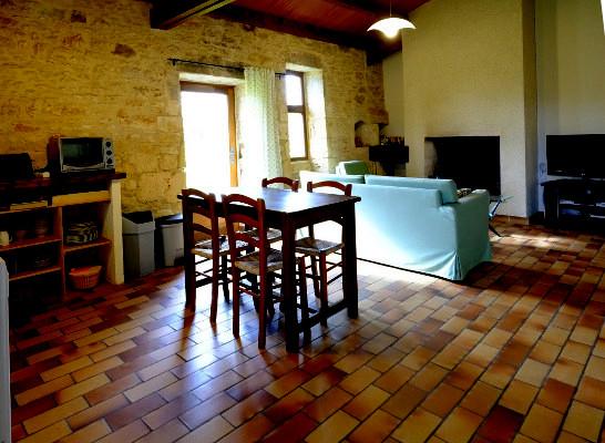 Le salon salle à manger avec la cheminée