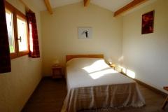Une chambre avec un lit de 140