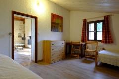 Une chambre à 3 lits