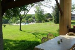 La piscine vue de la terrasse du cellier